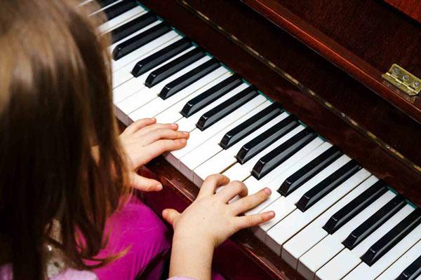 Tất cả những vấn đề cần biết khi mua đàn piano cho bé