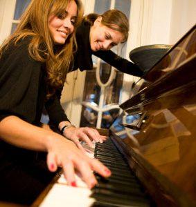học đàn piano cần giáo viên để mau tiến bộ hơn